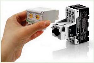 Установка блока расцепителя в базовое устройство PKE