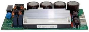 Источник питания на основе модуля PFE с подключенным входным фильтром, внешними конденсаторами, выходным фильтром и установленным на модуль радиатором