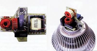 Слева - компоновка элементов схемы преобразователя, справа - размещение платы драйвера в цоколе лампы Е27