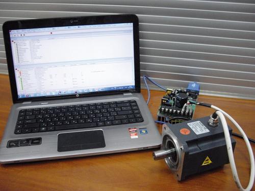 Преобразователь IRMCS3041 с подключенным демонстрационным образцом двигателя