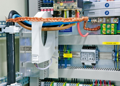 Прокладка активных проводников через трансформатор тока для вырабатывания дифференциального тока